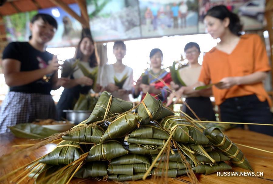 В Гуанси-Чжуанском АР готовят разноцветные цзунцзы