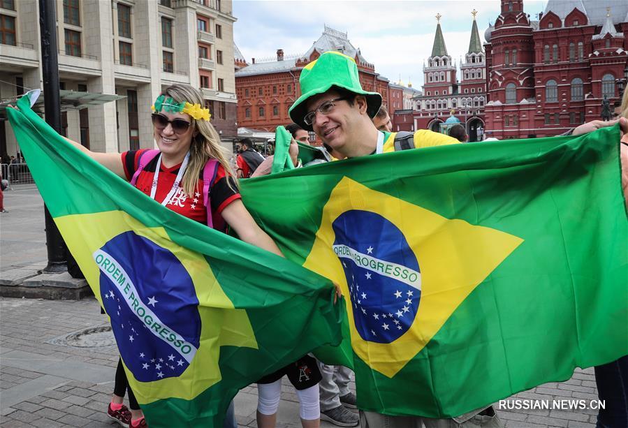 Сегодня начался отсчет последних суток до старта чемпионата мира по футболу 2018 года. По этому случаю множество футбольных болельщиков собрались на Манежной площади в Москве, где установлены часы обратного отсчета.