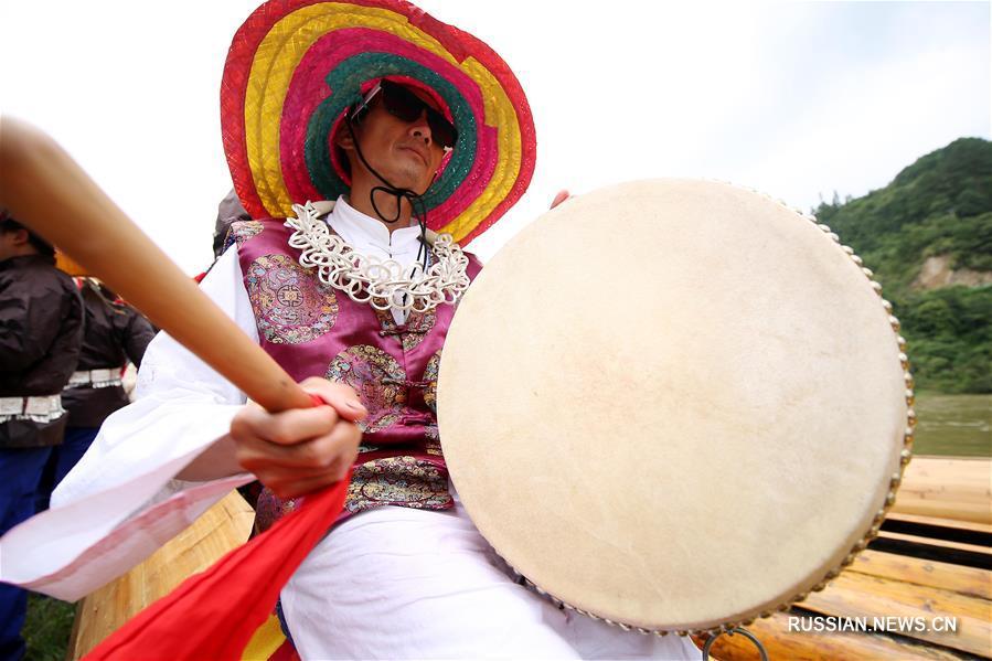 Мяоский фестиваль челнов-драконов -- это традиционный праздник национальности мяо, который проходит в уездах Тайцзян и Шибин Цяньдуннань-Мяо-Дунского автономного округа провинции Гуйчжоу /Юго-Западный Китай/ ежегодно в третью декаду 5-го месяца по лунному календарю.