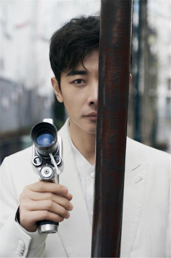 Стильный актер Ло Цзинь на улицах Парижа