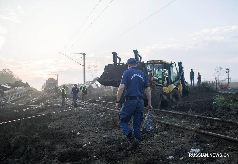 Число жертв схода поезда с рельсов, произошедшего в воскресенье на северо-западе Турции, возросло до 24 человек.