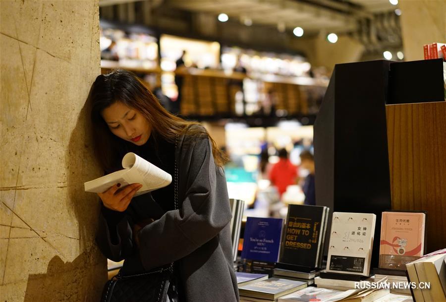 """В последние годы в крупных китайских городах появляется все больше книжных магазинов с высоким """"показателем лица"""". Такие магазины отличаются оригинальным дизайном, модным интерьером, богатством ассортимента и многофункциональностью."""