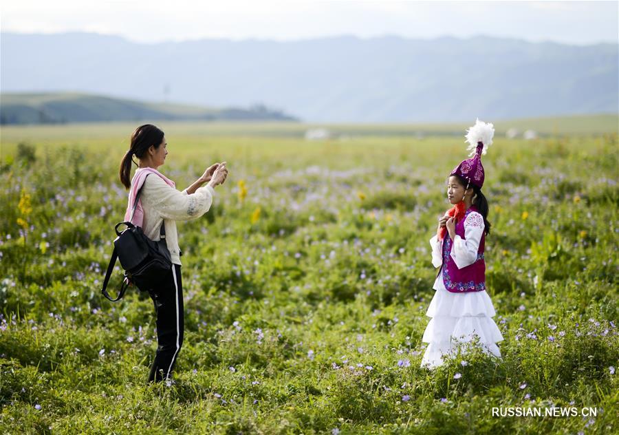 Горячий туристический сезон наступил в степи Налати в Синьцзян-Уйгурском автономном районе /Северо-Западный Китай/. Каждый день сюда приезжают около пяти тысяч туристов.