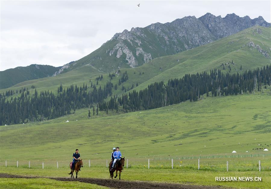 """У посетителей ландшафтного парка """"Нарат"""" в Синьцзян-Уйгурском автономном районе /Северо-Западный Китай/ особой популярностью пользуются туристические прогулки верхом на лошадях."""