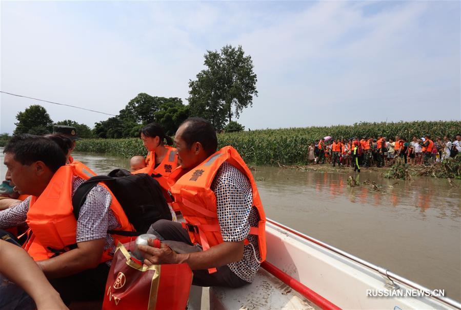 Из-за дождей на суйнинском участке реки Фуцзян резко повысился уровень воды. Жители деревни Сяобацзы поселка Синьцяо городского округа Суйнин провинции Сычуань /Юго-Западный Китай/ оказались в водной блокаде.