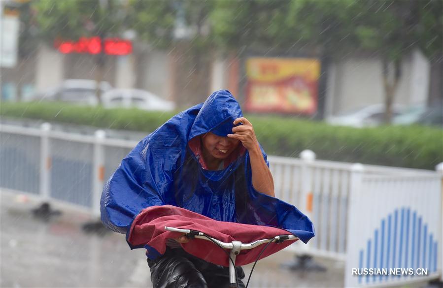 """Восьмой по счету в этом году тайфун """"Мария"""" в среду в 09:10 достиг побережья уезда Ляньцзян провинции Фуцзянь /Восточный Китай/. Максимальная сила ветра вблизи его центра в этот момент составляла 42 метра в секунду."""