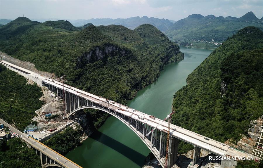"""На днях в провинции Гуйчжоу /Юго-Западный Китай/ полностью завершилась смычка мегамоста """"Еланху"""" -- ключевого объекта скоростного шоссе Чжицзинь -- Пудин. Окончание строительства моста намечено на конец текущего месяца."""