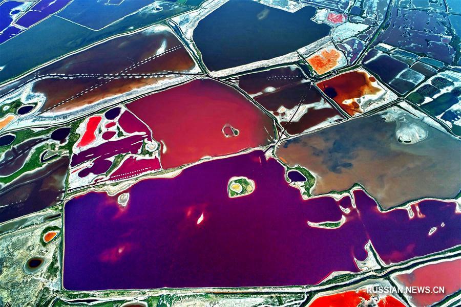Разноцветные соленые озера в провинции Шаньси