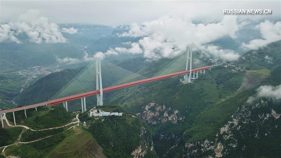 Облака и туман окутали сегодня большой мост через реку Бэйпаньцзян в провинции Гуйчжоу /Юго-Западный Китай/.