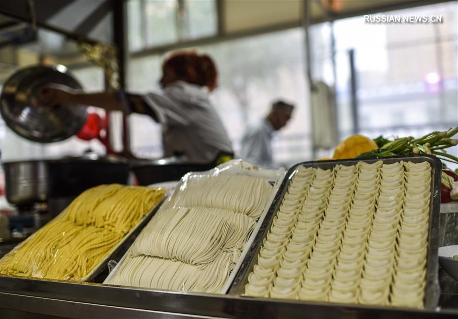 Здесь каждая нация создавала богатые особенностями вкусные блюда. Благодаря постоянному совершенствованию через беспрерывный поток людей, местные деликатесы приобрели разнообразные, тонкие и отборные отличительные черты.