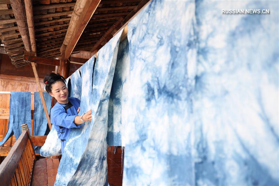 Женская мастерская дунских тканей в уезде Жунцзян