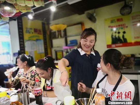 Женщина-пастух покинула горы Циляньшань, чтобы открыть ресторан хого и начать новую жизнь