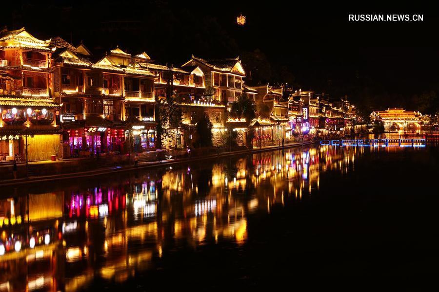 Ночные виды древнего городка Фэнхуан провинции Хунань