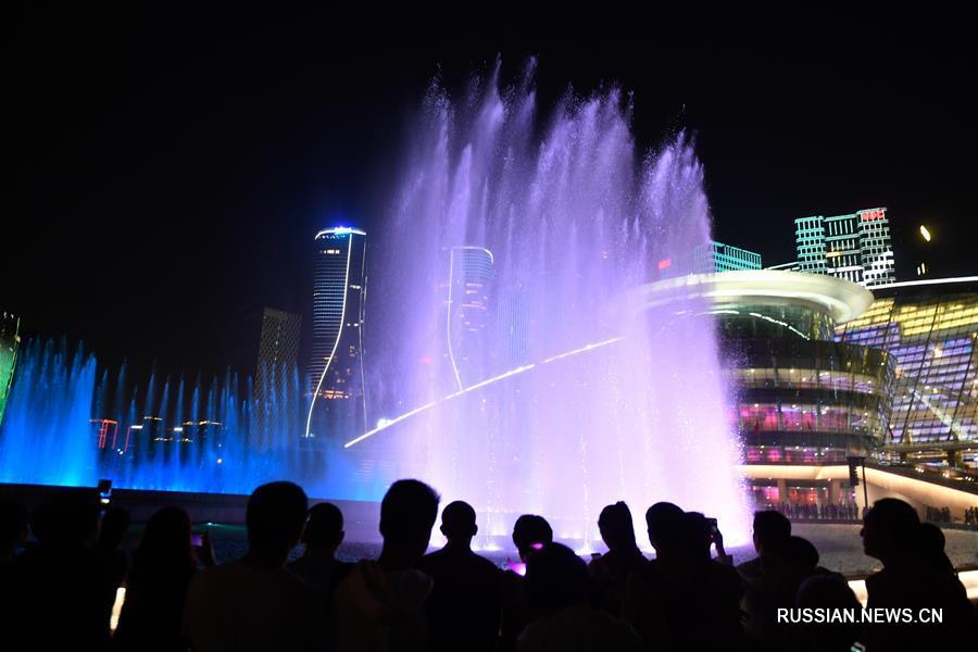 """Жители города Ханчжоу любуются световым шоу """"Я люблю тебя, Китай"""""""