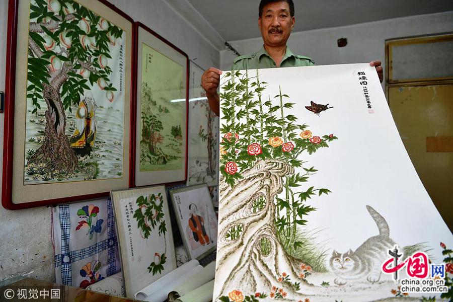 На фото: 10 октября, в г. Шицзячжуан провинции Хэбэй, 65-летний старик Пэн Миньсинь занимается живописью с растиркой из камня.
