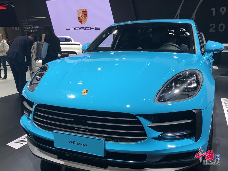 7 ноября, в автопавильоне Первого китайского международного импортного ЭКСПО многие крупнейшие автобрендымира наперегонки представляют новые модели автомобилей. Эти новинки ослепительны и вызывают ажиотаж.