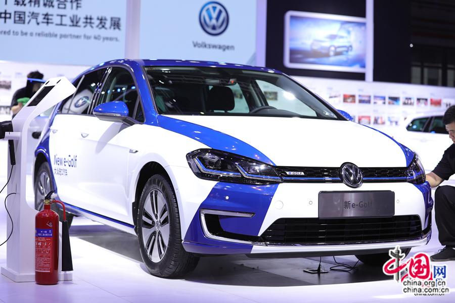 7 ноября, автопавильон Первого китайского международного импортного ЭКСПО пользуются большой популярностью у посетителей. Многиеавтобрендыэкспонируют новые модели электромобилей.