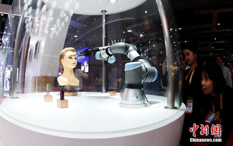 Робот-визажист на Первом китайском международном импортном ЭКСПО