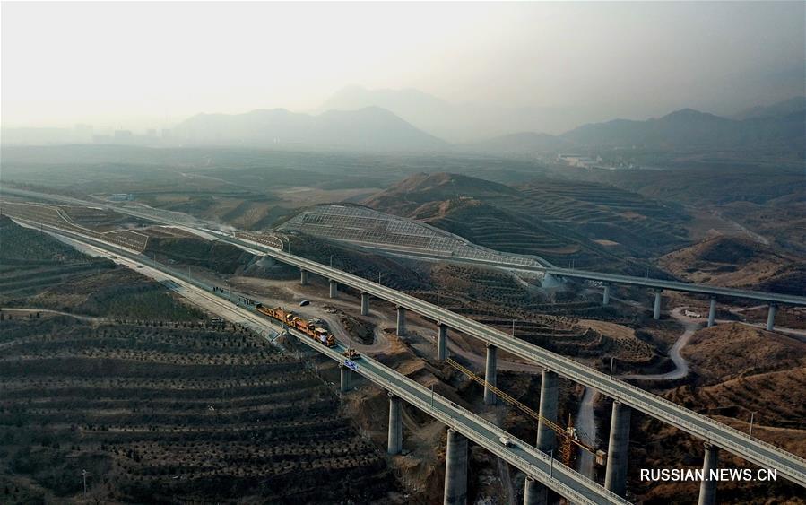 В воскресенье началась укладка рельсов на железной дороге в районе Чунли, расположенном в г. Чжанцзякоу /пров. Хэбэй, Северный Китай/, который в 2022 году станет основным местом проведения олимпийских соревнований по лыжному спорту.
