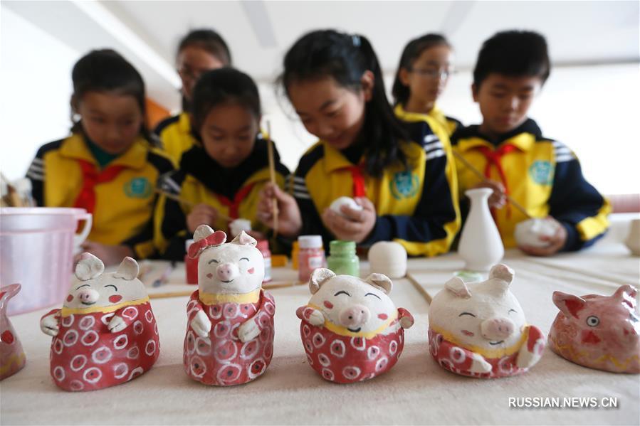 В экспериментальной школе района Тунцзи в Циндао /провинция Шаньдун, Восточный Китай/ сегодня стартовал смотр талантов, приуроченный к наступающему Празднику весны /Новому году по китайскому лунному календарю/.