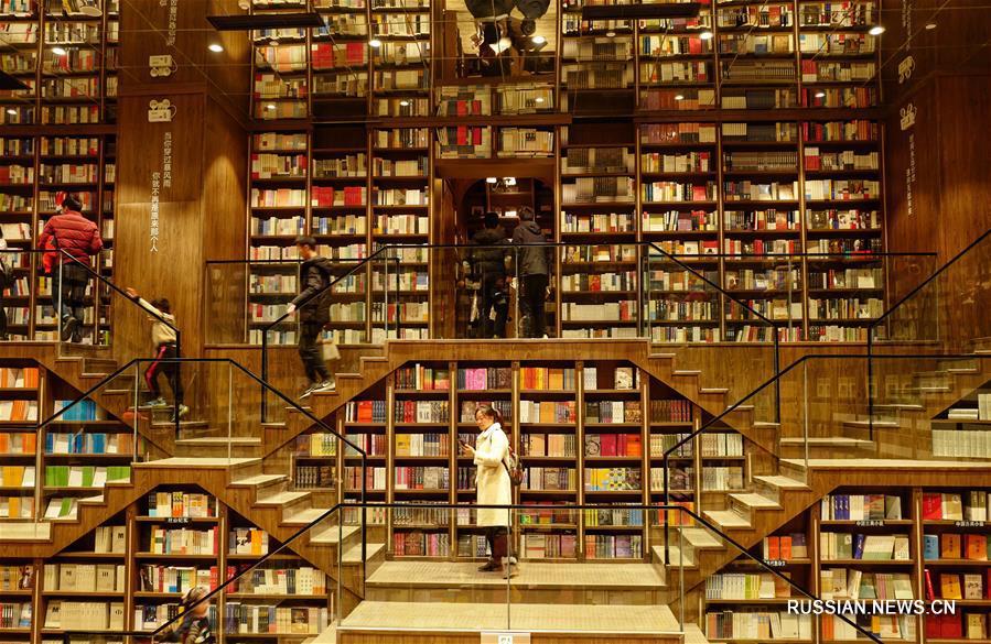 Праздничный ажиотаж в крупнейшем книжном магазине Чунцина