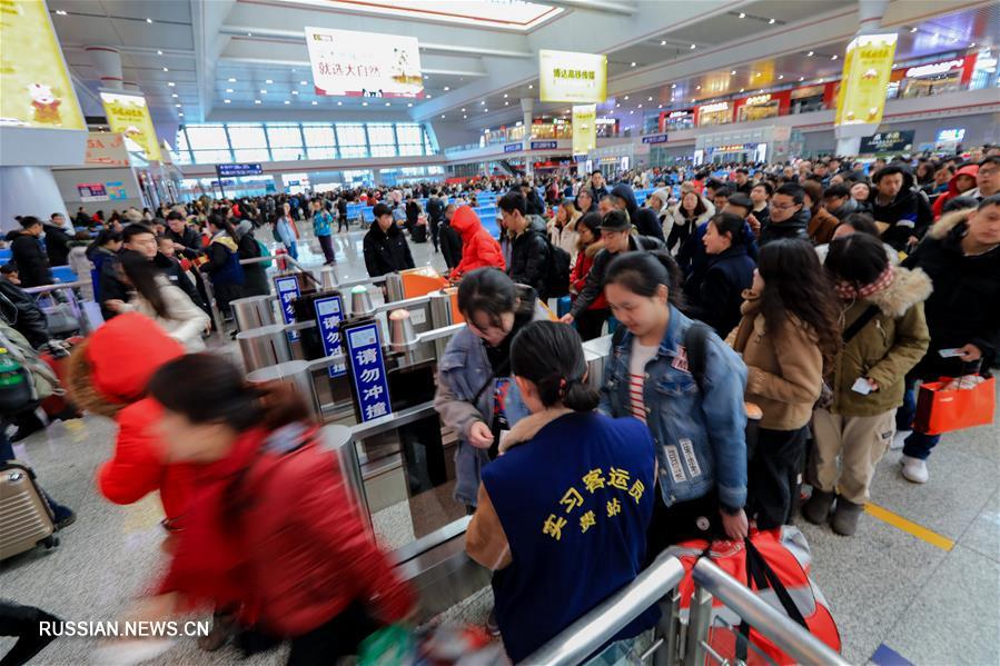 Китайцы возвращаются после новогодних каникул