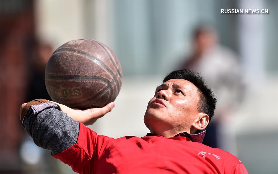 На северной окраине Лхасы, административного центра Тибетского автономного района /Юго-Западный Китай/, на высоте 3700 м над уровнем моря проходят баскетбольные матчи любительской команды инвалидов-колясочников.