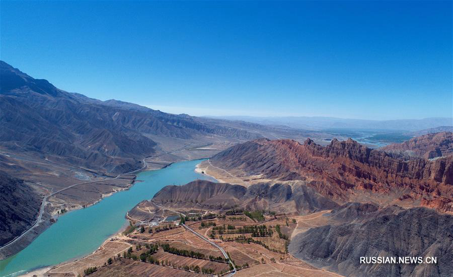 Живописный контраст изумрудных вод и красных гор в уезде Гуйдэ