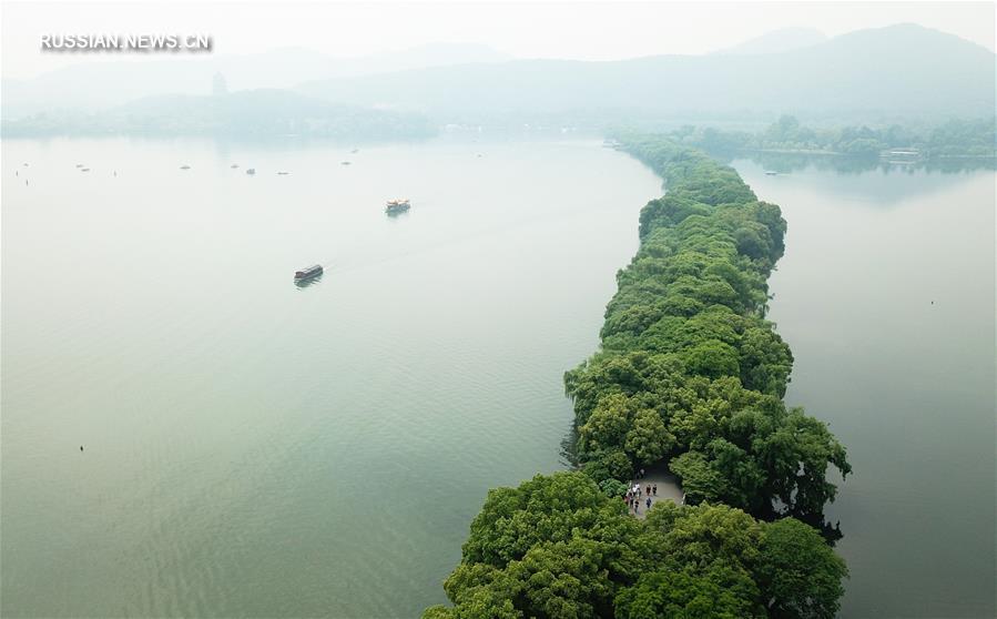 На фото -- пейзажи озера Сиху в городе Ханчжоу /провинция Чжэцзян, Восточный Китай/.