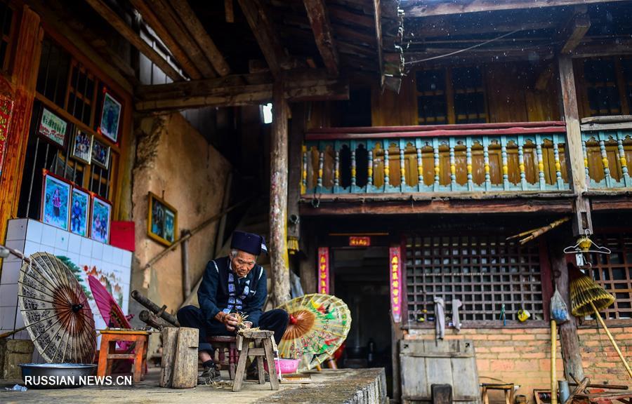 Изготовление узорных зонтов из водяного бамбука народности чжуан
