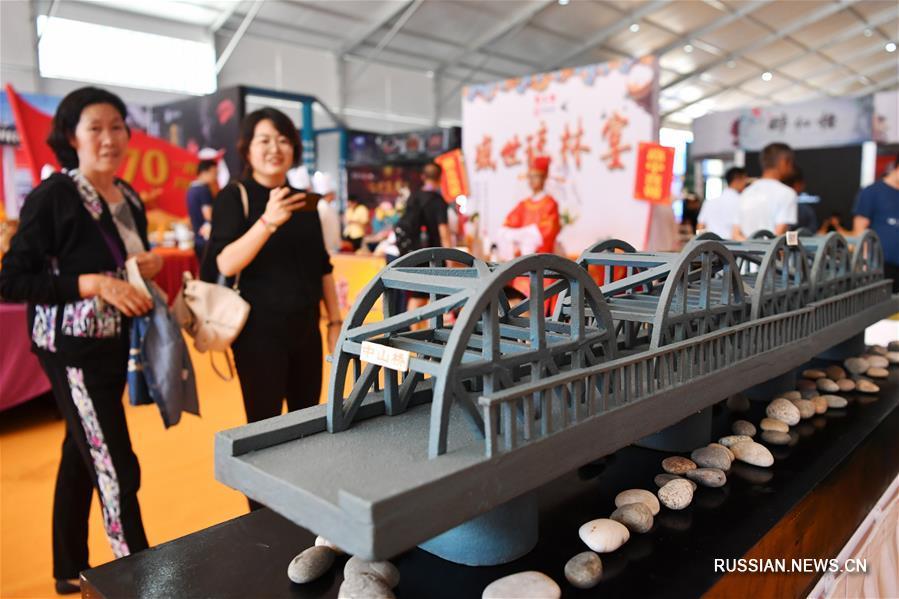 Состязания кулинаров, специализирующихся на самобытной местной кухне, прошли сегодня в Международном выставочном центре в Ланьчжоу, административном центре провинции Ганьсу /Северо-Западный Китай/.