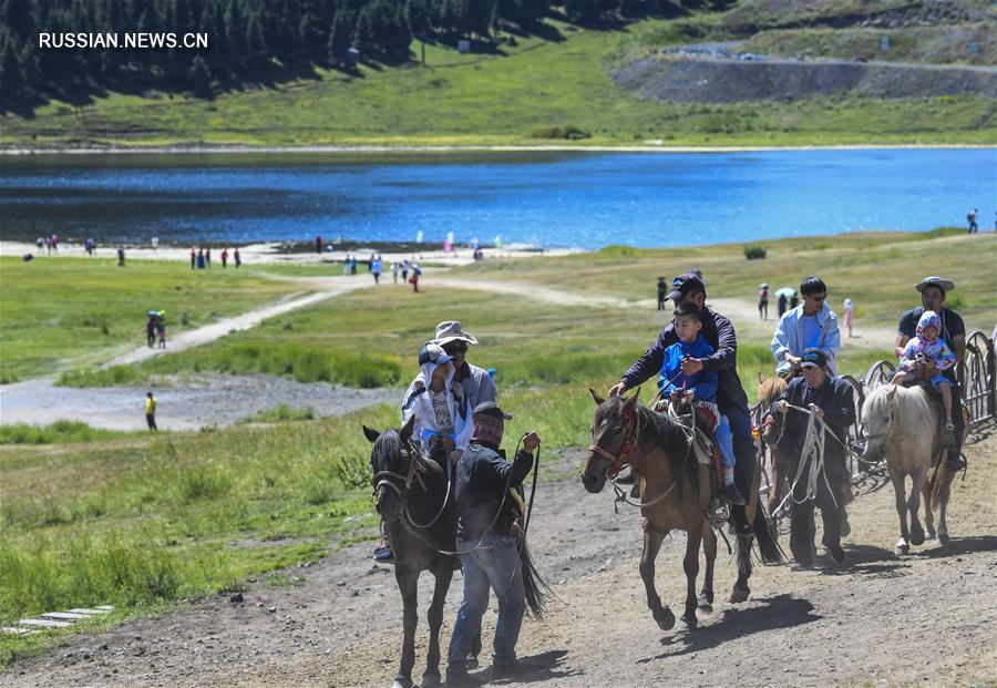 """Ущелье """"Тяньшань"""" в Синьцзяне привлекает большое количество туристов своими прекрасными пейзажами"""