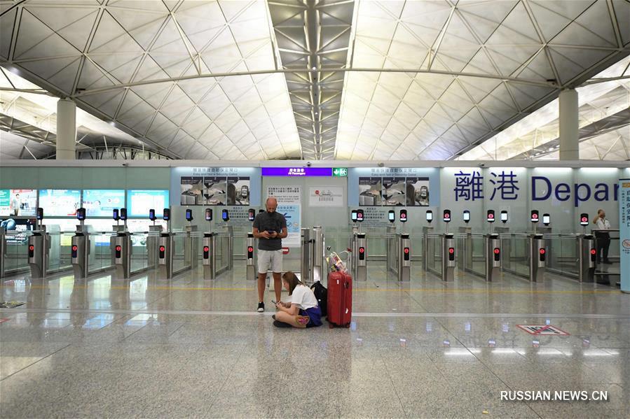 Из-за беспорядков аэропорт Сянгана отменил в понедельник все рейсы