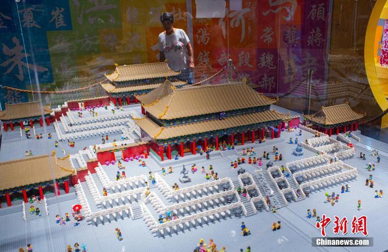 """В Пекине представили """"музей Гугун"""" из 500 тыс кубиков Лего"""