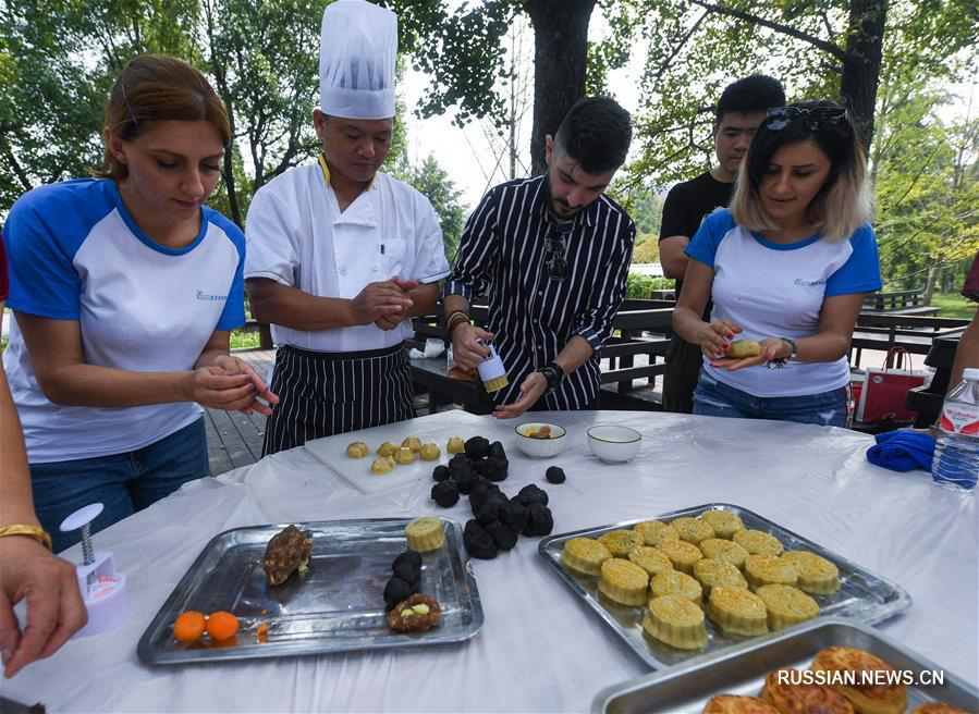 Иностранцы учатся печь лунные пряники в провинции Чжэцзян
