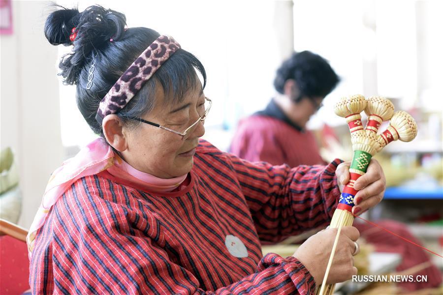 Вязание веников и метелок помогает победить бедность в хошуне Байрин-Цзо