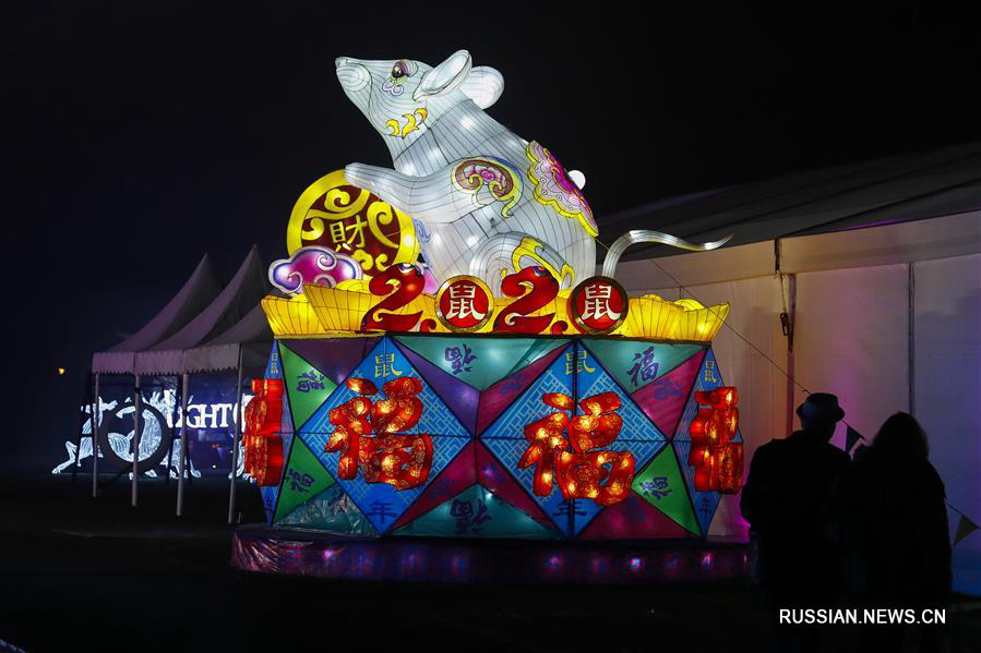 Разноцветные китайские фонари на фестивале иллюминации в Великобритании