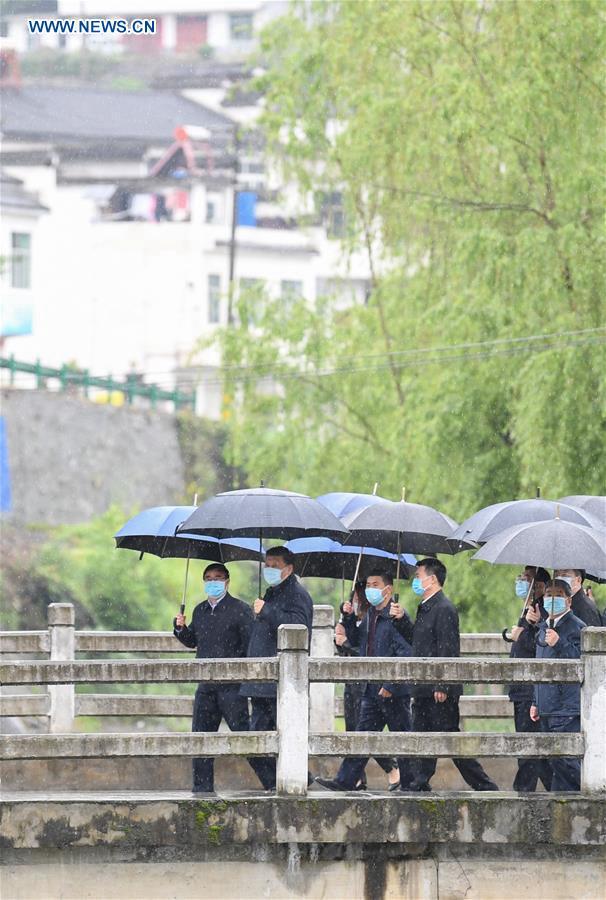 Си Цзиньпин проинспектировал работу по борьбе с бедностью на северо-западе Китая
