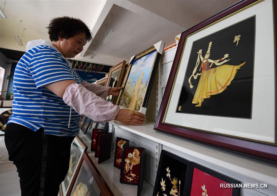 Картины из тростника содействуют увеличению доходов жителей в Синьцзяне
