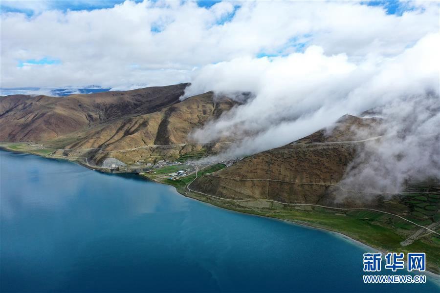 Очаровательное озеро Ямджоюм-Цо в Тибете