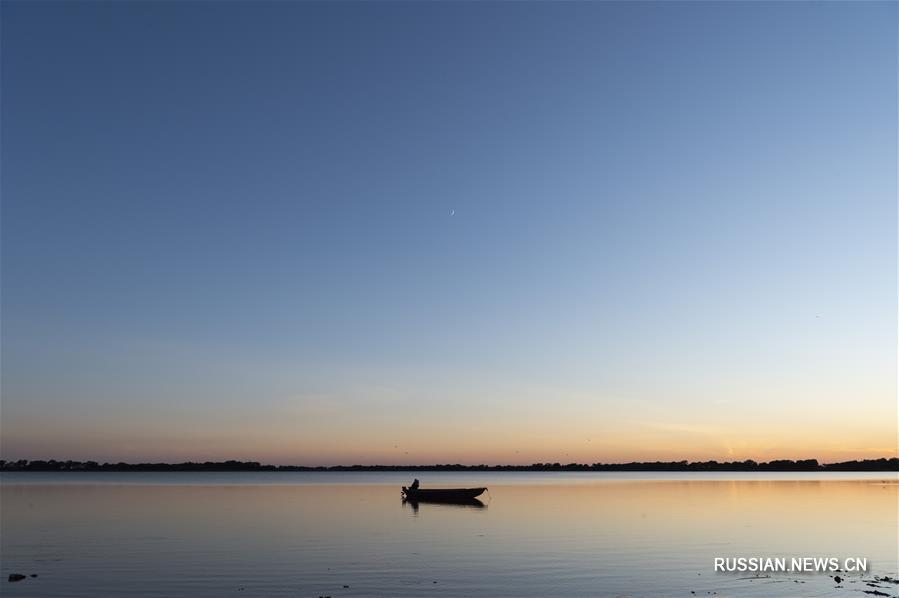 Озеро Далицзяху в лучах закатного солнца