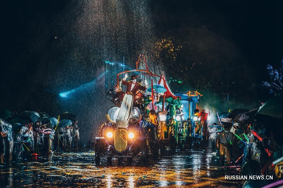 В Гуанчжоу прошел парад украшенных машин в европейском стиле