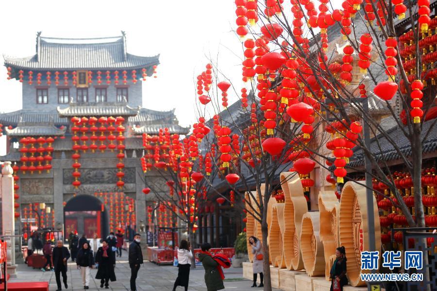 По случаю наступающего Праздника весны в районе Цзимо города Циндао провинции Шаньдун развесили красные фонари, всюду царит праздничная атмосфера.