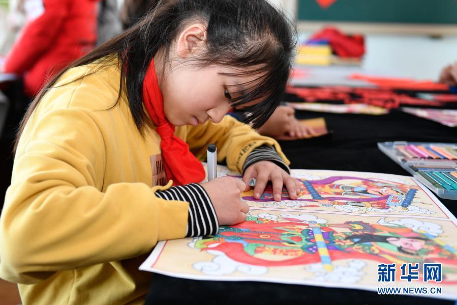 Мероприятие в школе города Хучжоу провинции Чжэцзян, посвященное народным обычаям и встрече праздника Весны