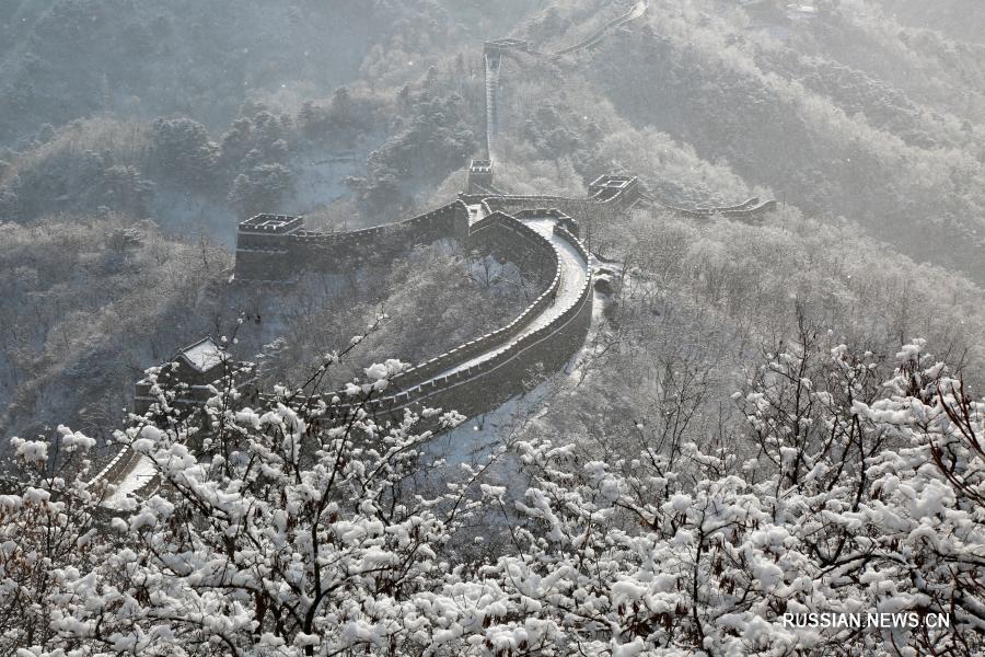 Зимний пейзаж участка Великой китайской стены Мутяньюй