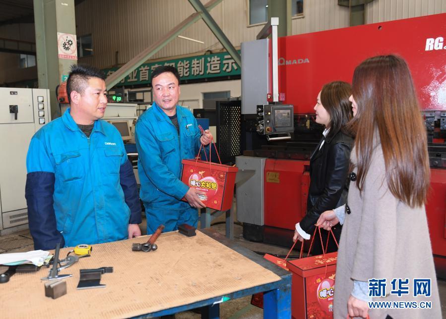 Рабочие останутся на праздник Весны в городе Хучжоу провинции Чжэцзян