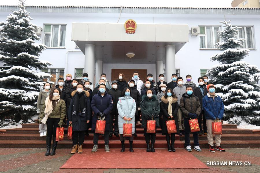 Посольство КНР в Беларуси вручило китайским студентам и эмигрантам новогодние подарки