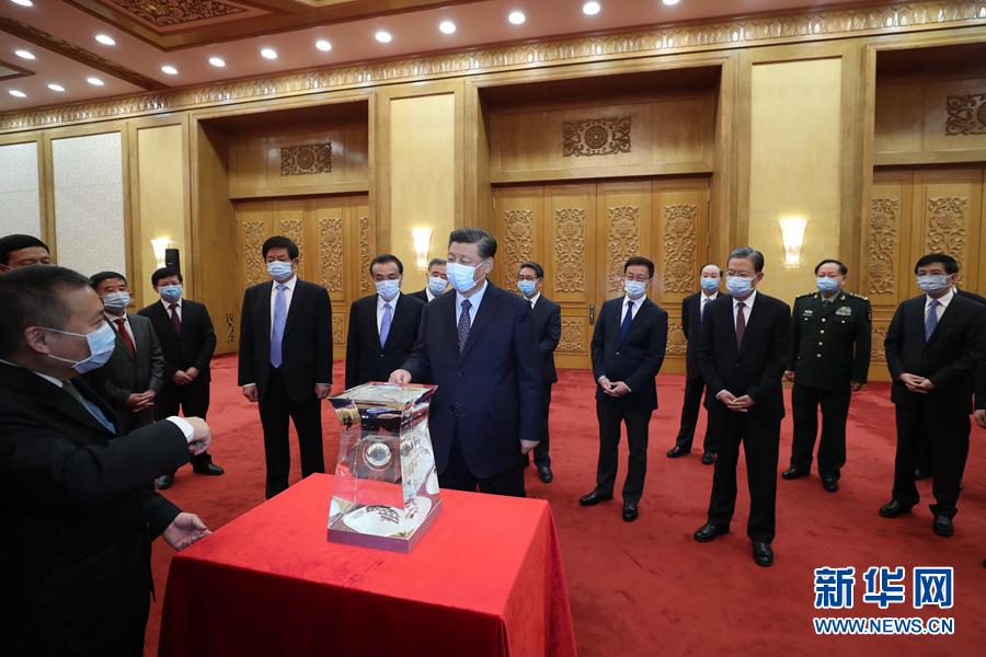 """Си Цзиньпин встретился с учеными и инженерами, участвовавшими в миссии """"Чанъэ-5"""""""
