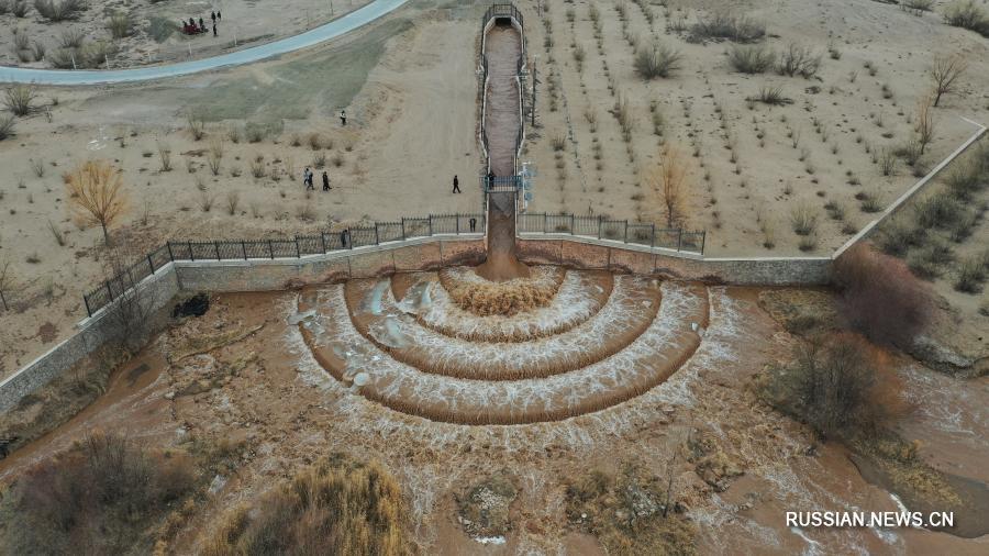 Вода из реки Хуанхэ питает песчаные земли провинции Ганьсу