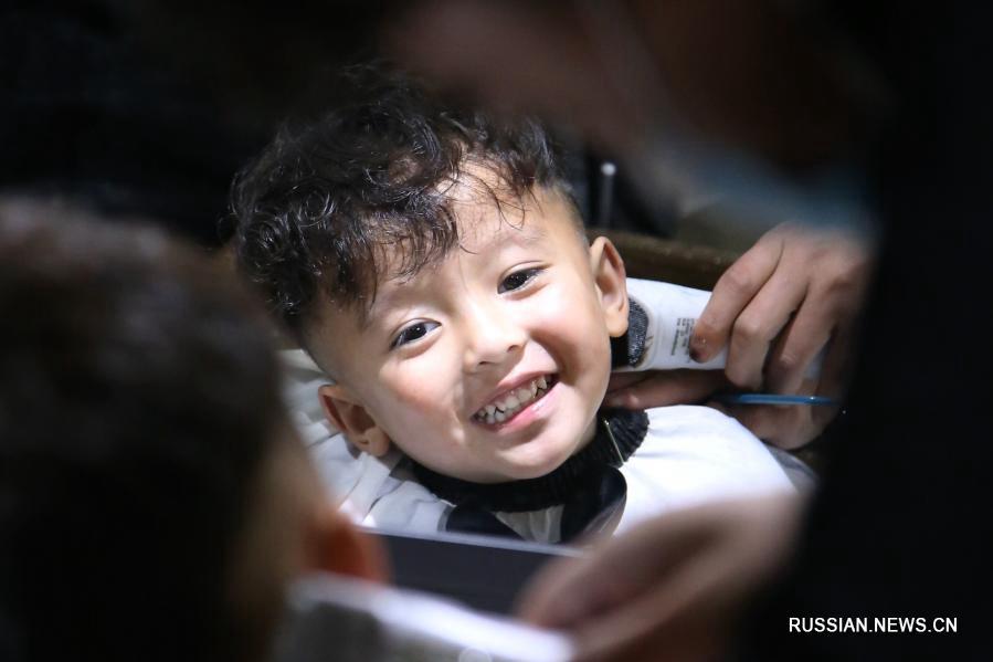 Детям в Китае делают стрижку по случаю праздника Лунтайтоу